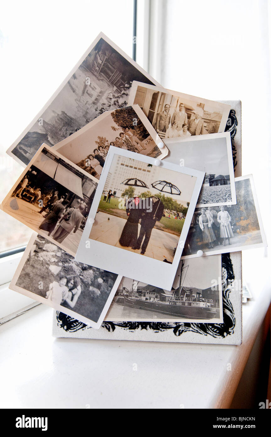 Sammlung von Polaroid-Bilder auf Schlafzimmer-Fensterbank Stockbild