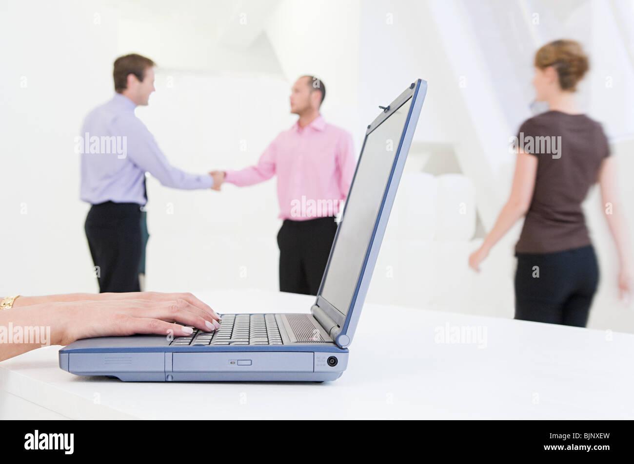 Eine Person auf einem Laptop eingeben Stockbild