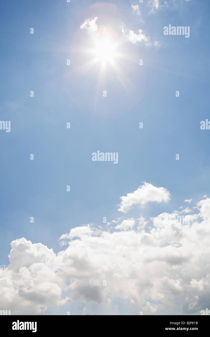 Sonne und Wolken am Himmel Stockbild