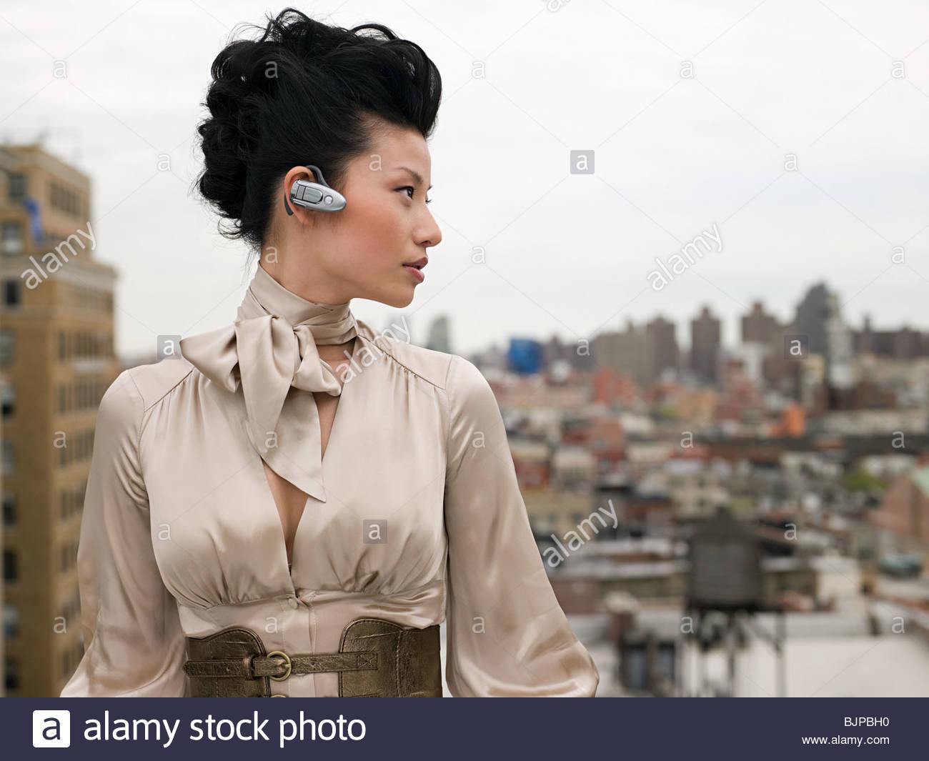 Junge Frau mit Hände frei Gerät Stockbild