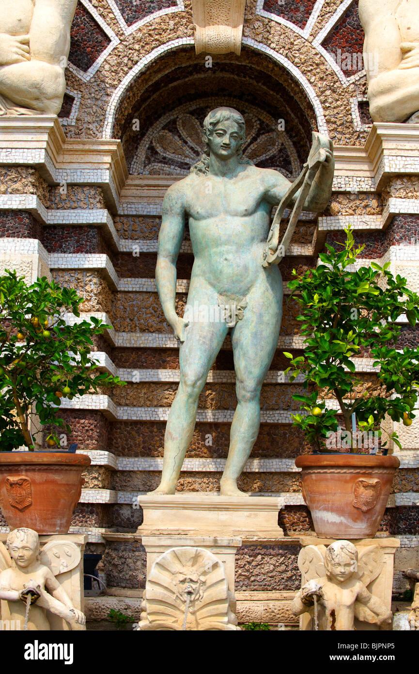 Statue des Apoll. Die Orgel-Brunnen, 1566, Gehäuse der Orgel Pipies angetrieben von Luft aus den Brunnen. Villa Stockbild