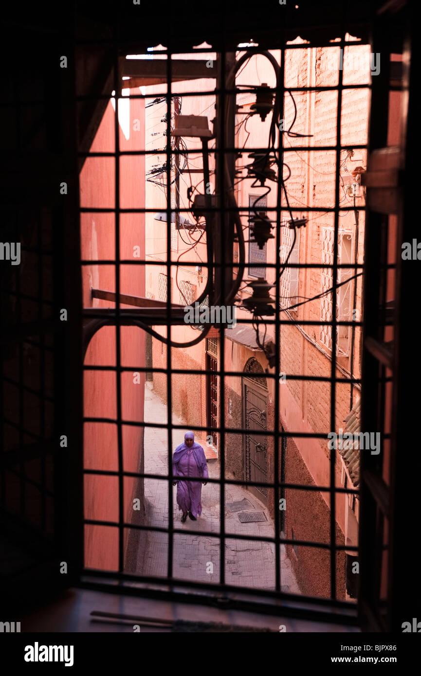 marokkanische Dame hinunter eine schmale Gasse in der Medina von Marrakesch Stockbild