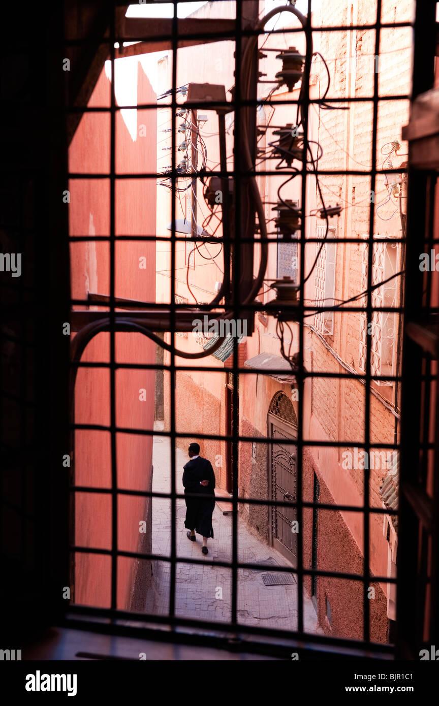 Ein Mann zu Fuß hinauf eine schmale Gasse in der Medina von Marrakesch Stockbild