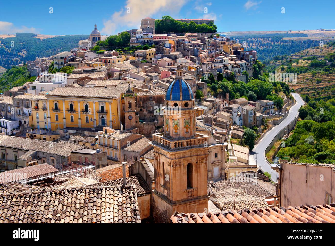 Santa Maria delli'Idria in den Vordergrund und Ragusa Ibla Sizilien hinter Stockbild
