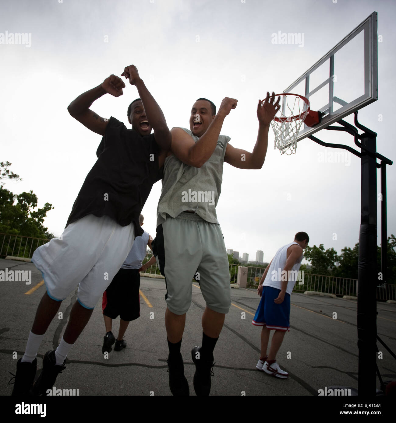 USA, Utah, Salt Lake City, vier junge Männer spielen street-basketball Stockbild