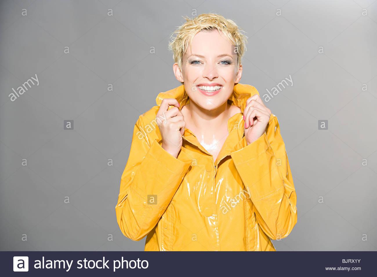 Frau im Regenmantel Stockbild