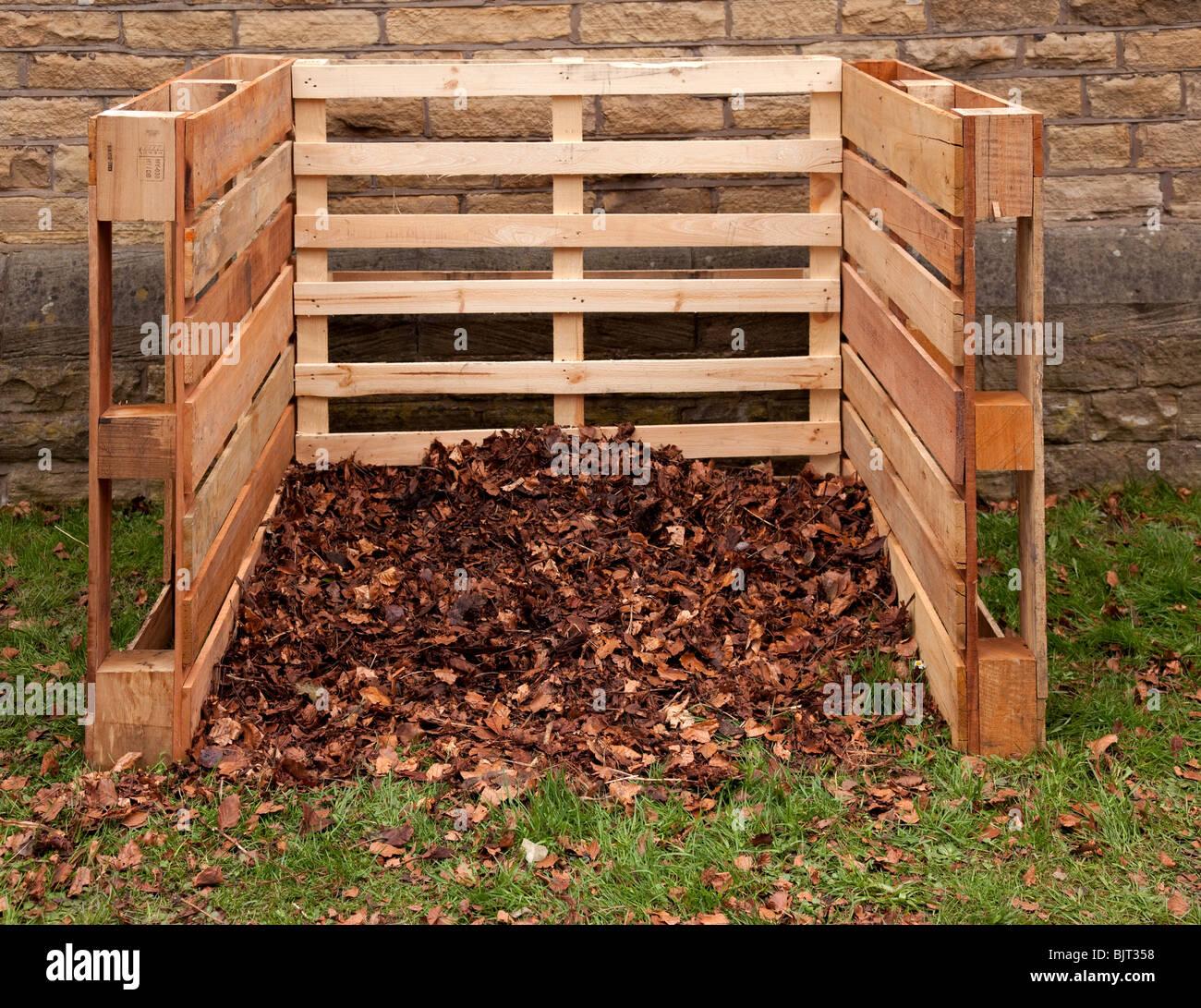 komposter aus 3 recycelten paletten f r den hausgarten oder zuteilung hergestellt stockfoto. Black Bedroom Furniture Sets. Home Design Ideas