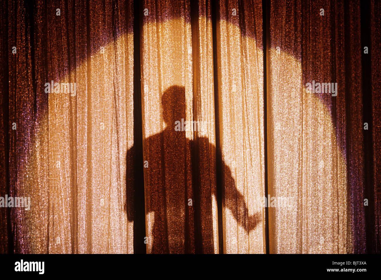 Schatten einer Person auf einem Bühnenvorhang Stockfoto