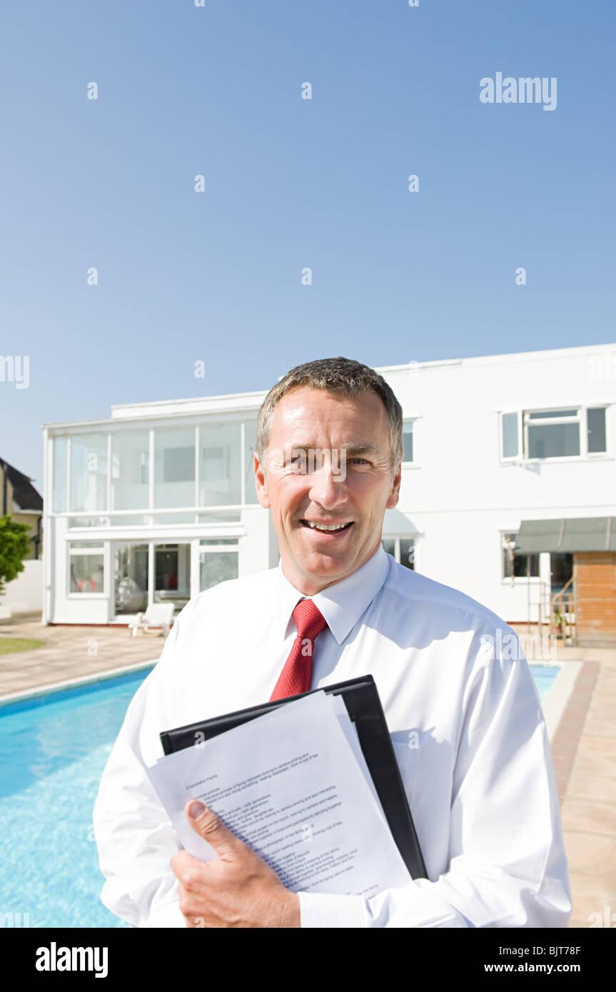 Immobilienmakler und Luxus-Haus Stockbild