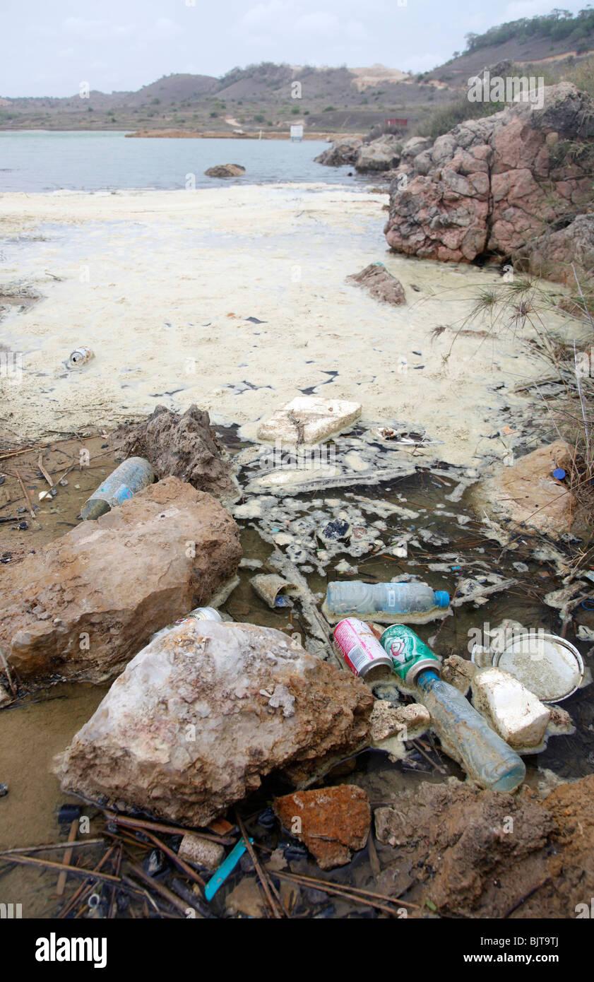 Müll sammeln am Strand von Cabo Ledo. Provinz Bengo, Angola. Afrika. Bilder © Z & D Lightfoot. www.lightfootphoto.com Stockbild