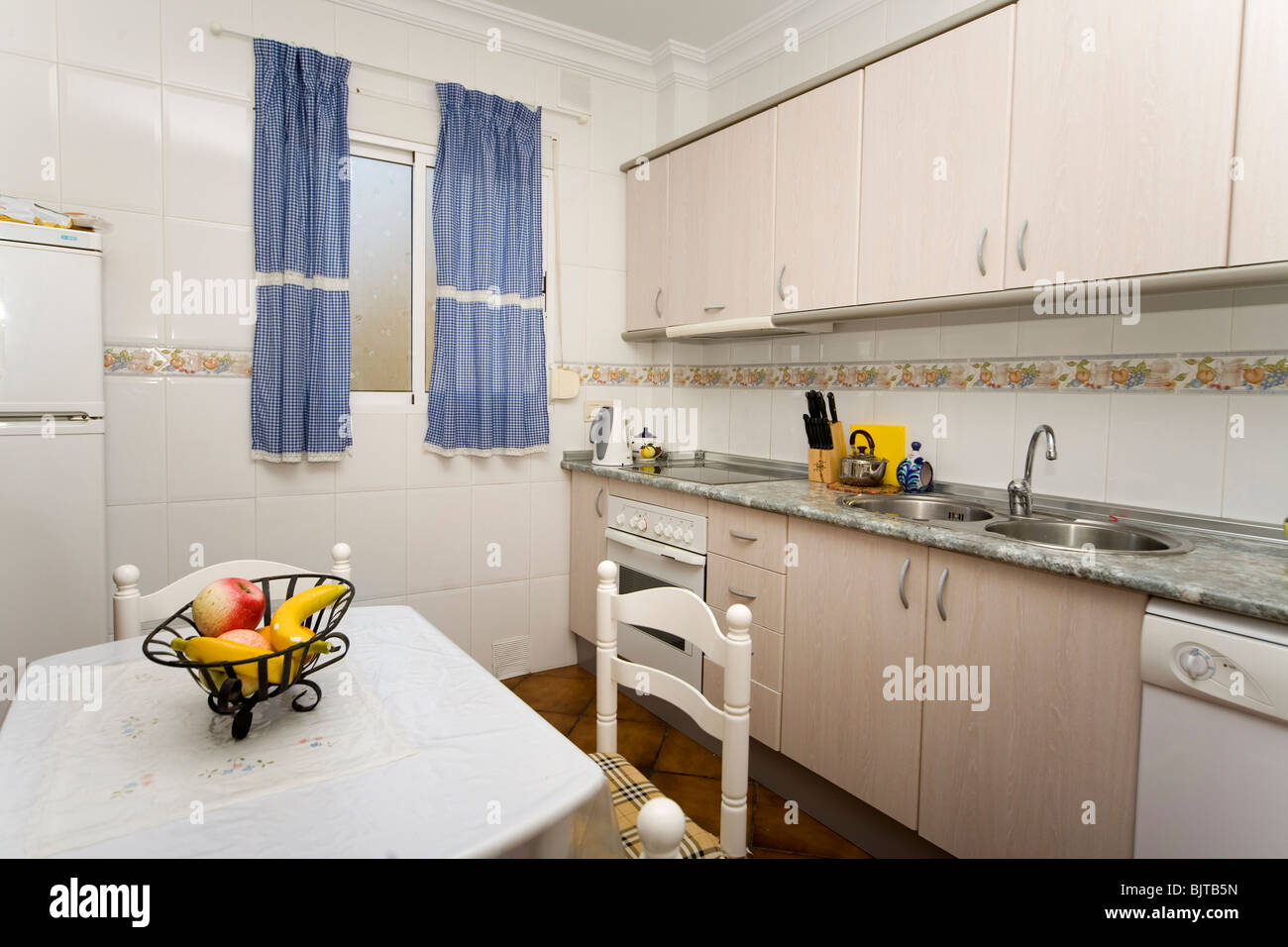 Kleine Moderne Kuche Mit Elektrogeraten Stockfoto Bild 28809809