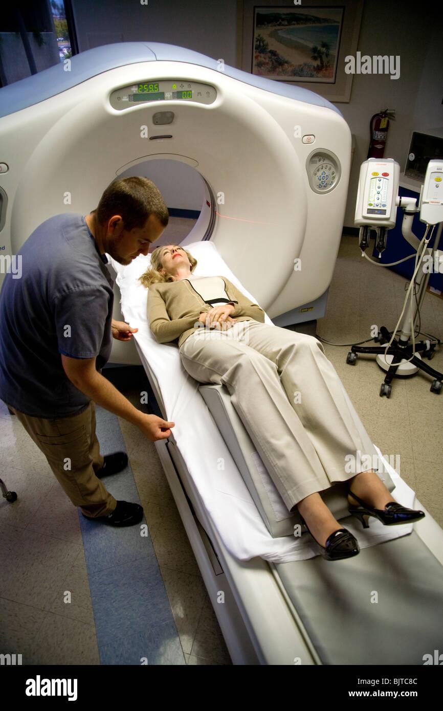 Ein Medizintechniker bereitet ein Patient für eine CT-Untersuchung in einer California-Radiologie-Klinik mit Stockbild