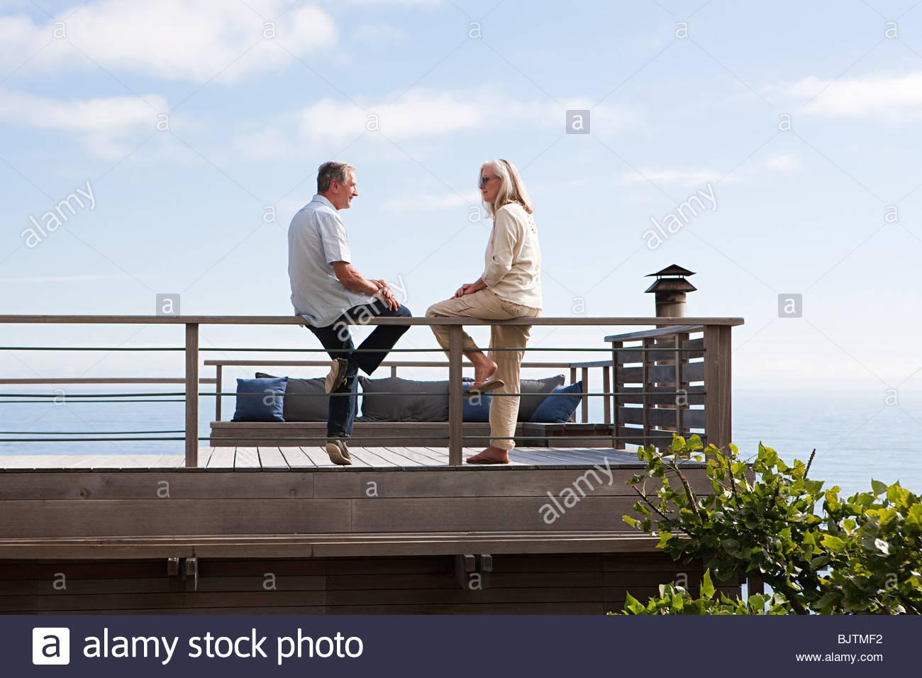 Paar auf Balkon am Meer Stockbild