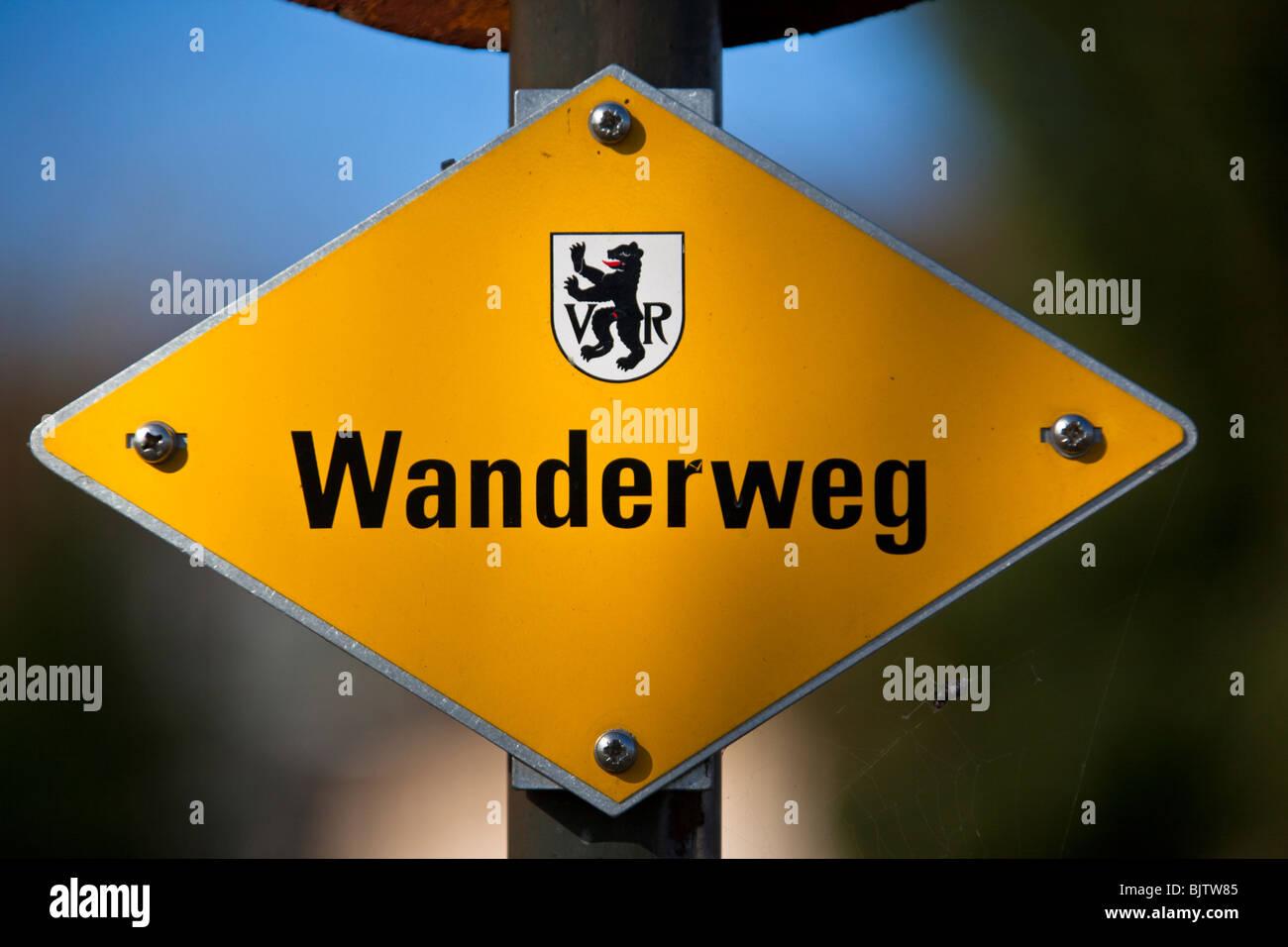 "gelb Wandern Wanderweg Schild mit dem Wappen des Kantons ""Appenzell Ausserrhoden"", Schweiz Stockbild"