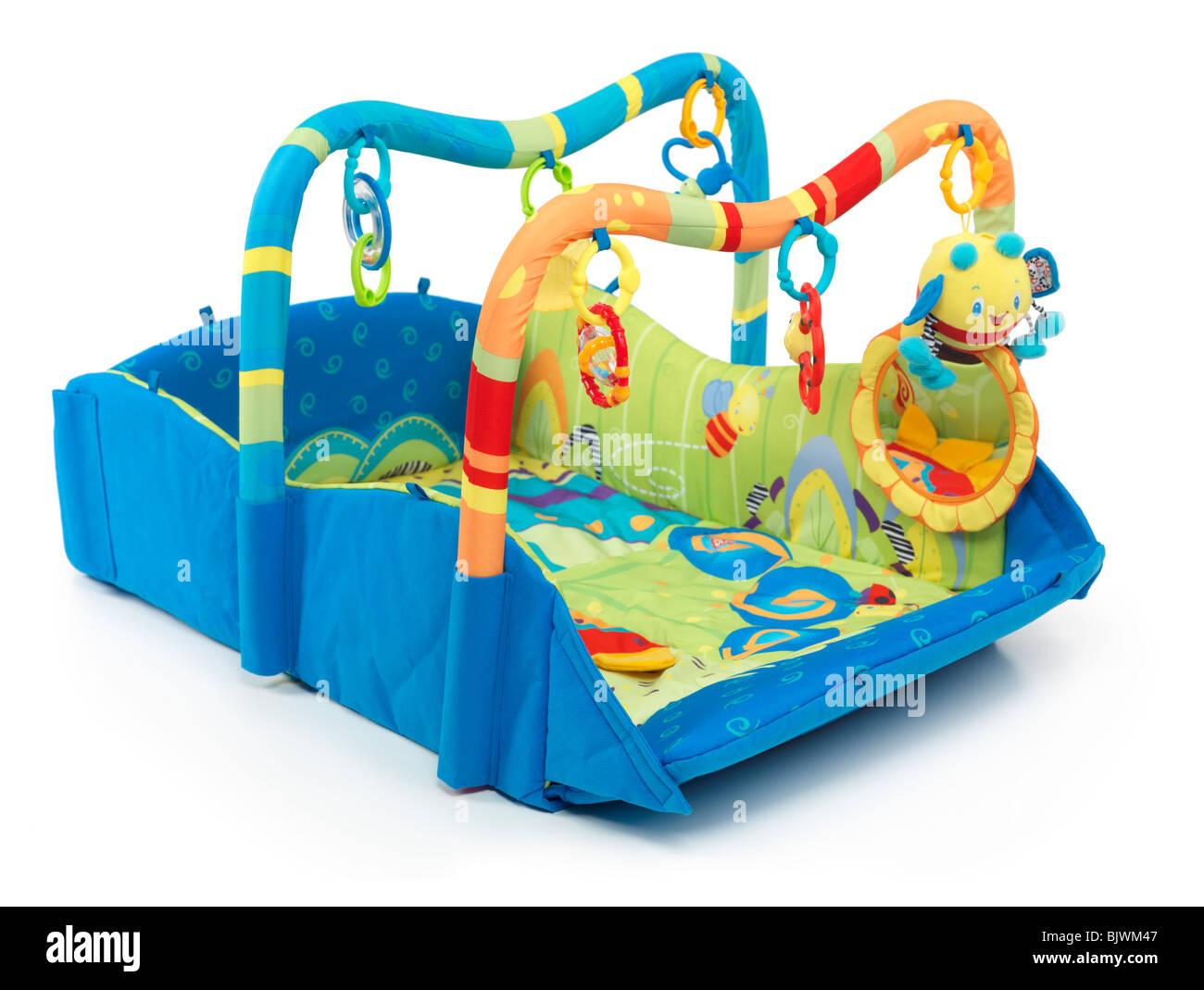 Klettergerüst Baby : Bunte spielmatte mit spielzeug für babys. isoliert auf weißem