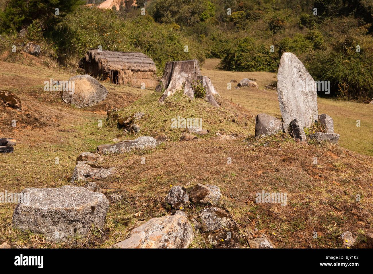 Indien, Tamil Nadu, Udhagamandalam (Ooty), Toda Stamm rituellen Stein Priester Sitz und Tempel der Göttin Teikirshy Stockbild
