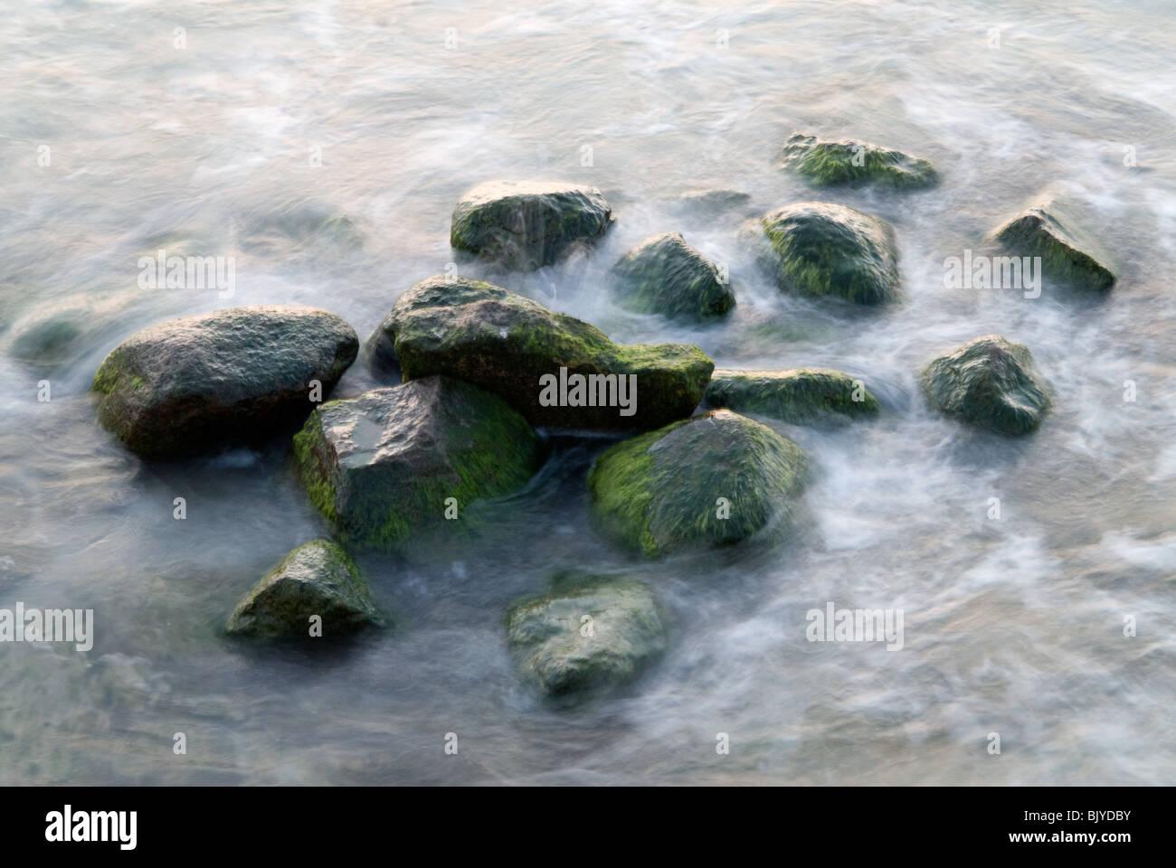 Steinen in bewegtem Wasser. Stockbild