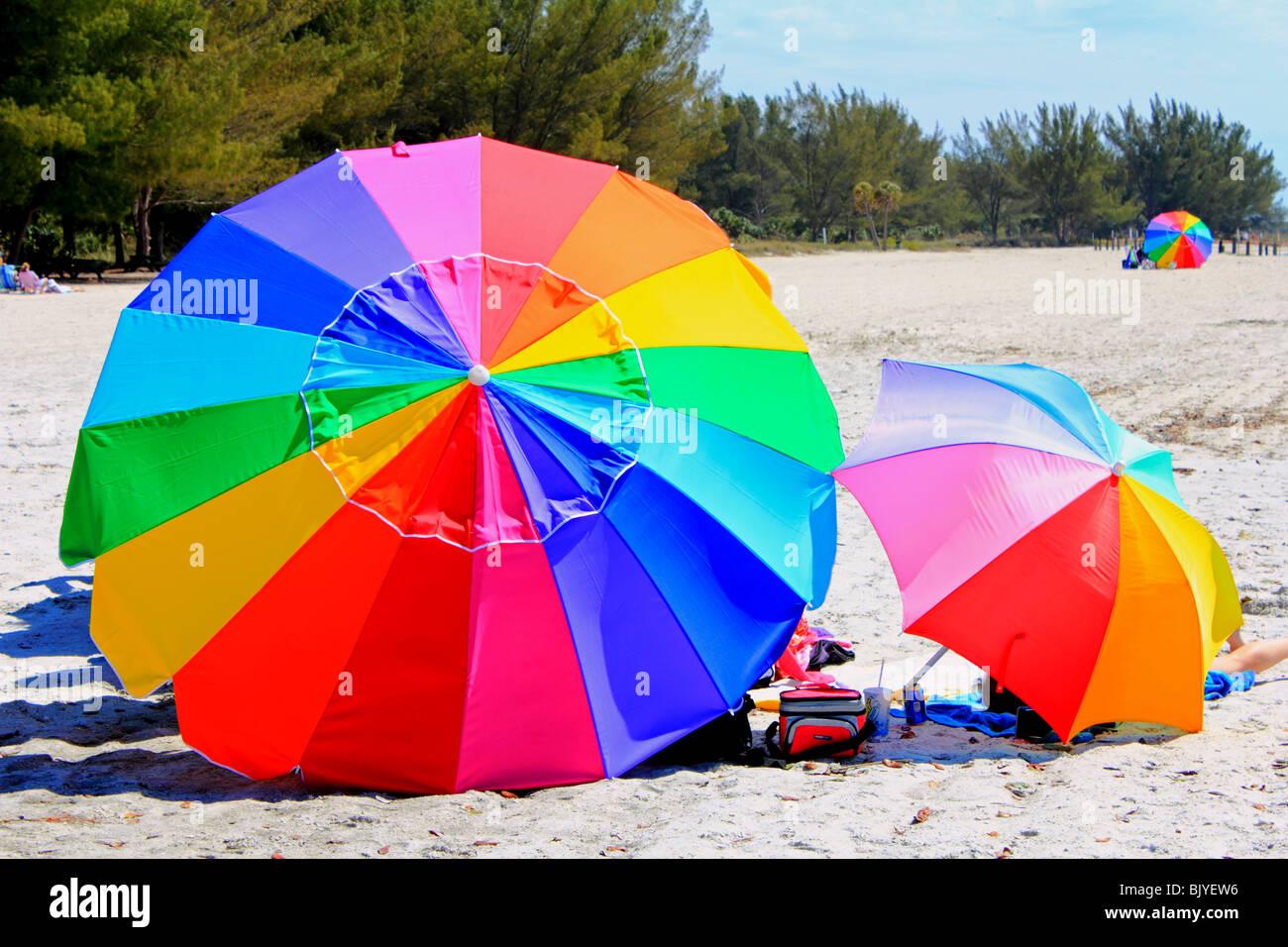 bunte Sonnenschirme am Strand von Florida Stockbild