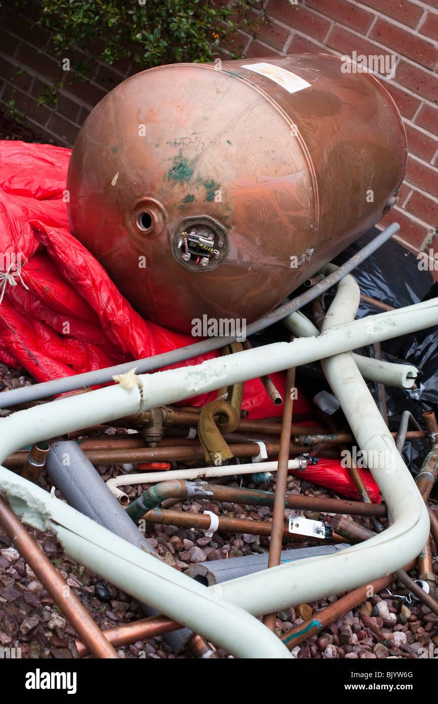 Schrott, Rohrleitungen und Warmwasserspeicher von Zentralheizung ...
