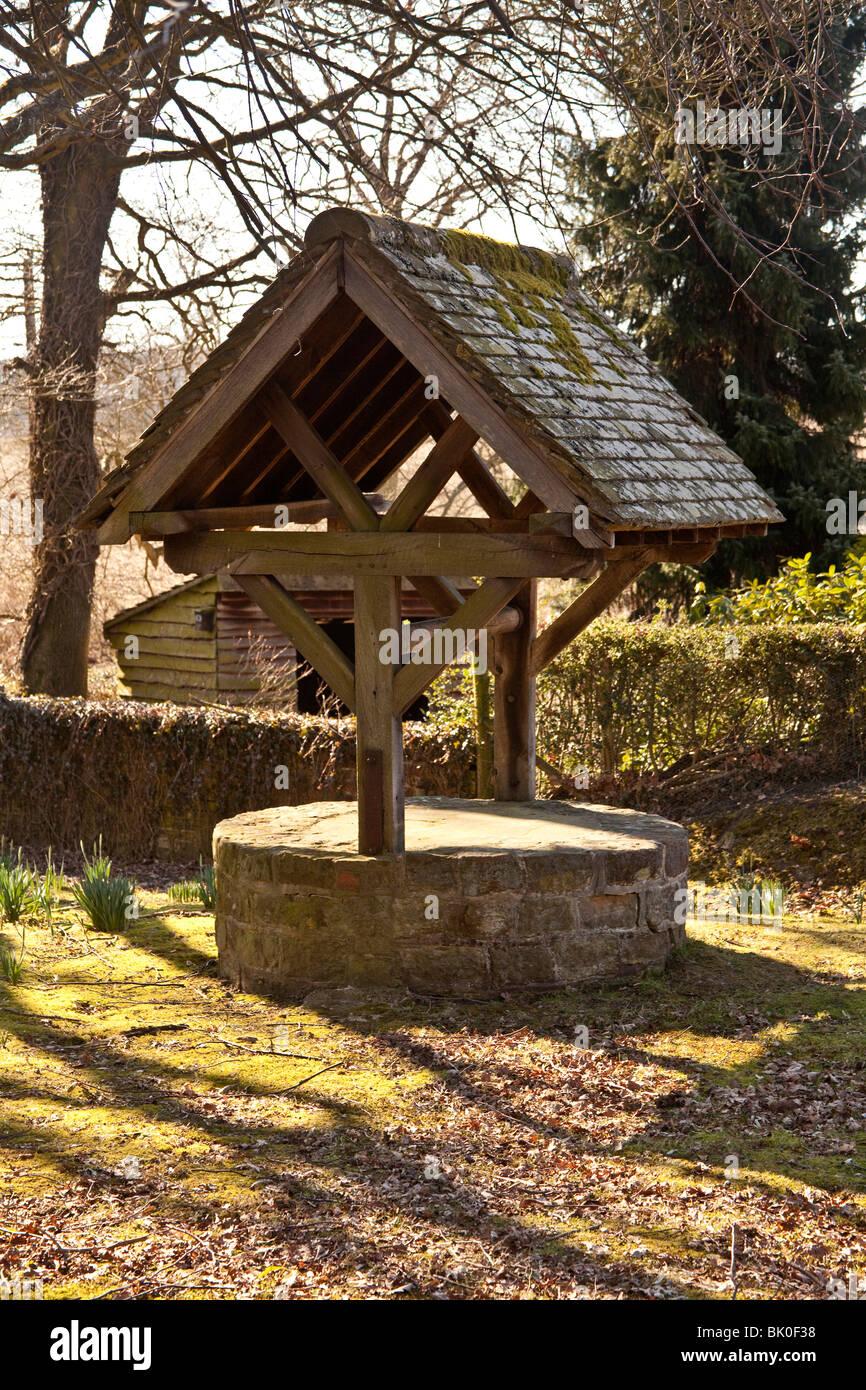Altes traditionelles Wasser Brunnen, West Sussex, England. Stockbild