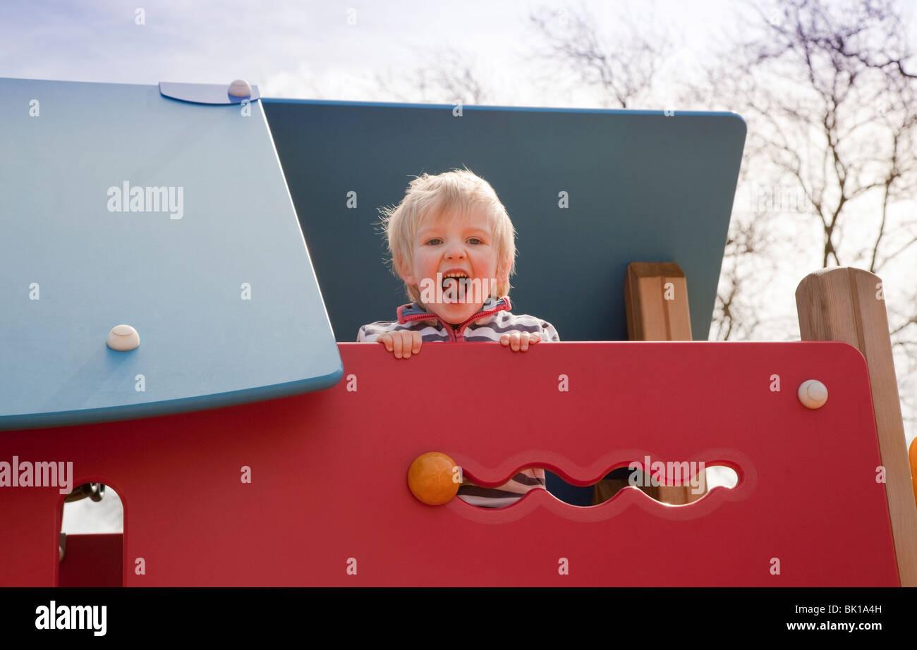 Kletterdreieck Alter : 3 year old climbing stockfotos & bilder alamy