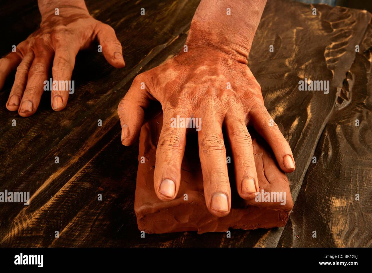 Keramik Handarbeit Potter Handwerker Hände arbeiten roten Tonerde Stockbild