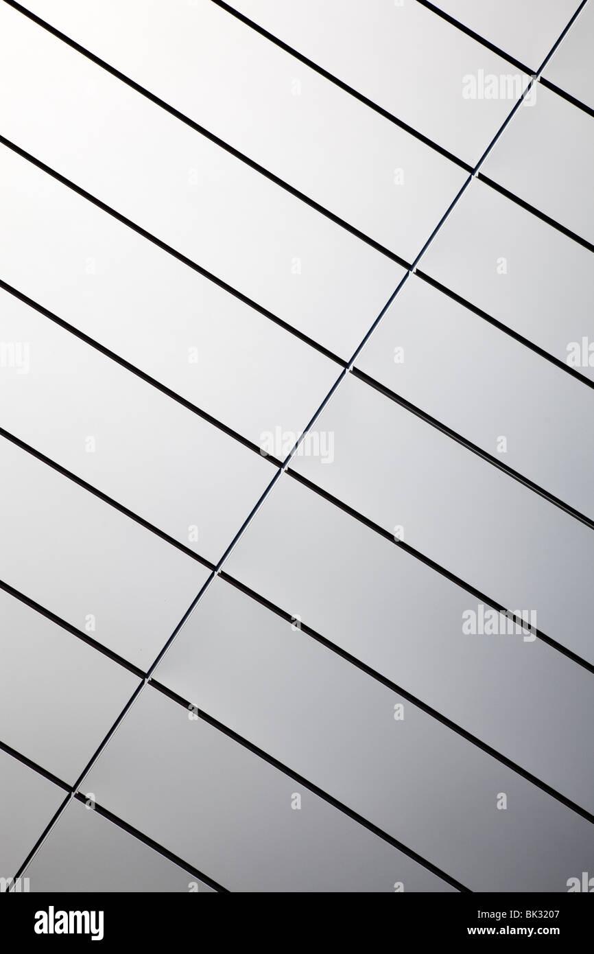 Wand aus poliertem Edelstahlplatten Stockbild