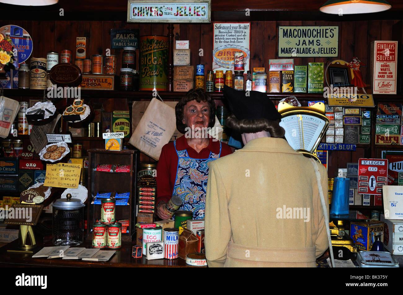 """ein Krieg-Zeit-Lebensmittelgeschäft im """"Britain in Blitz"""" Museum in Flambards in Helston, Cornwall, Stockbild"""