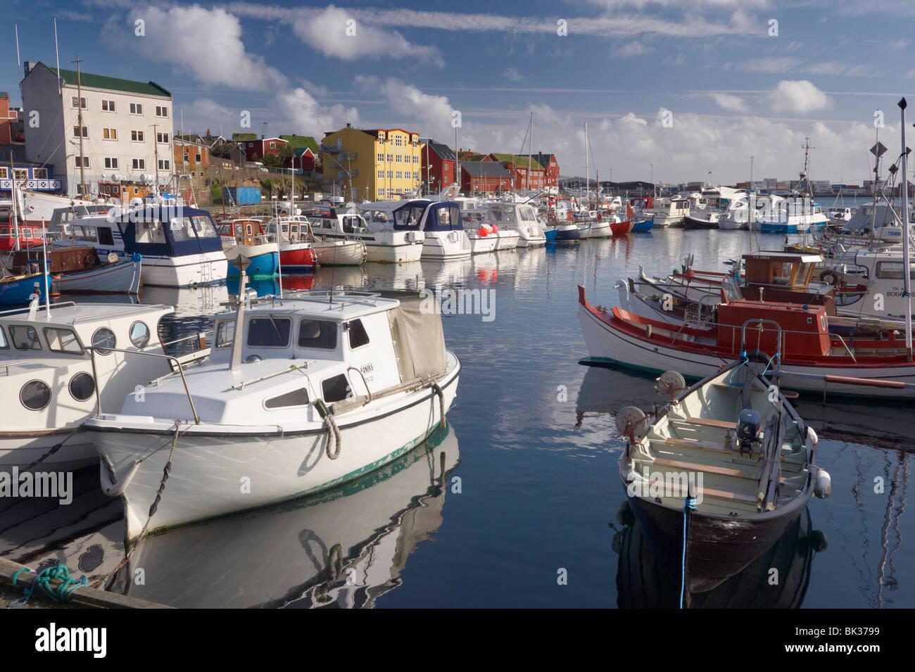 Bunten Booten und malerischen Giebel Gebäude entlang der Uferstraße im Hafen von Vestaravag, Tórshavn, Streymoy, Stockfoto