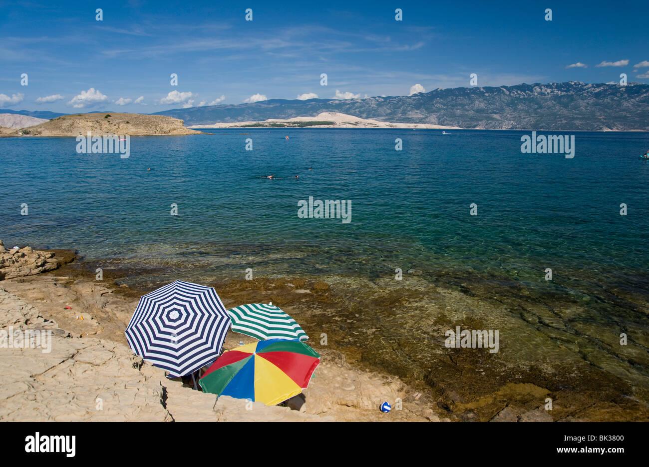 Sonnenschirme am Meer bei San Marino, Insel Rab, Kvarner Region, Kroatien, Europa Stockbild