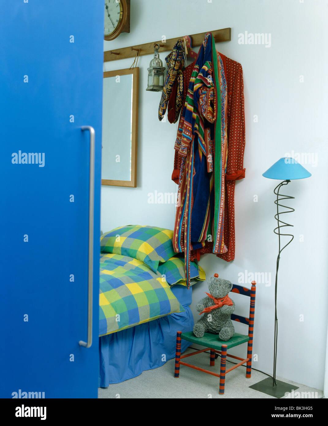 Helle Blaue Tür Offen Für Moderne Schlafzimmer Mit Wäscheklammer Schiene  über Bett Mit Blau + Gelb Aufgegebenes Kissen Und Bettdecke