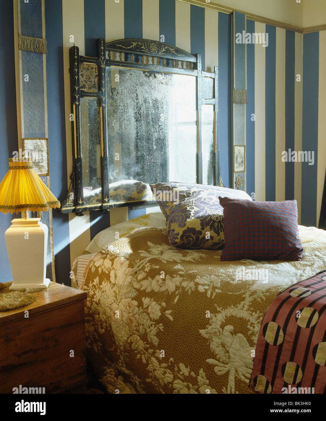 Antiken Kaminsims über Spiegel über Dem Bett Mit Braun Floral Bettdecke Im  Schlafzimmer Mit Blauen + Creme Breit Gestreifte Tapete