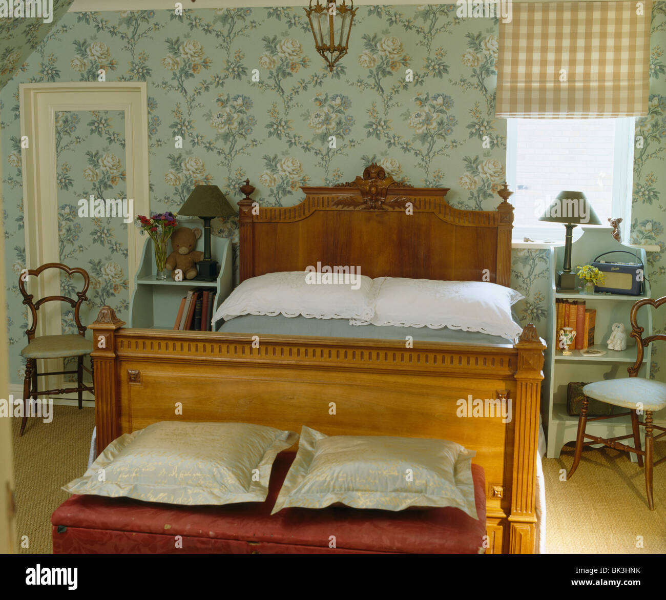 Geschnitzte antikes Holzbett im Land Schlafzimmer mit blauen ...
