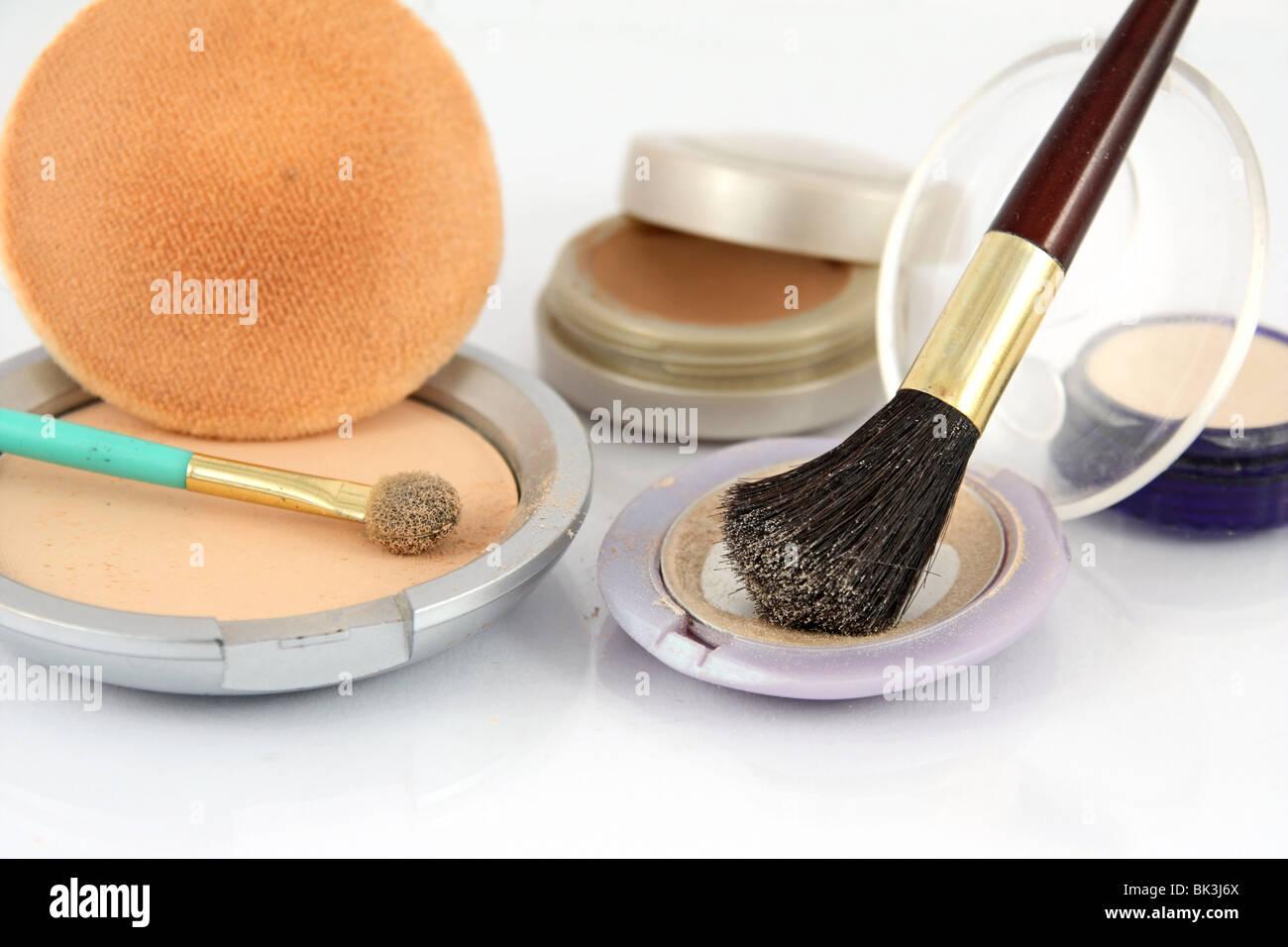 Stillleben mit Kosmetik auf dem weißen Hintergrund Stockbild