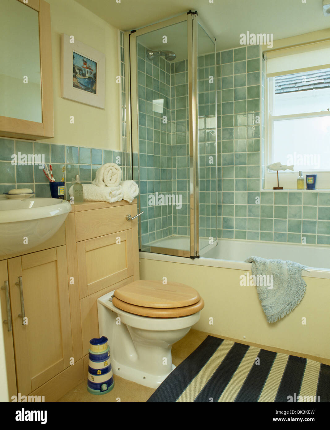 Bad mit Glas Dusche-Faltwand in Türkis geflieste Badezimmer mit ...