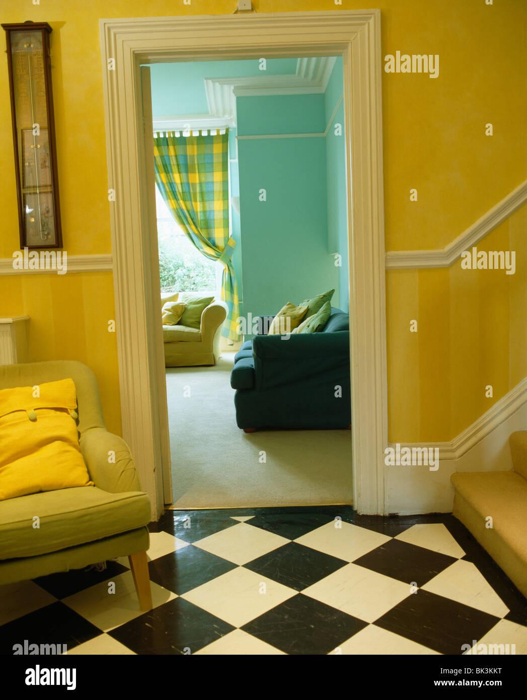 Traditionellen gelben Saal mit schwarz + weiß Checker-Bord-Boden und ...