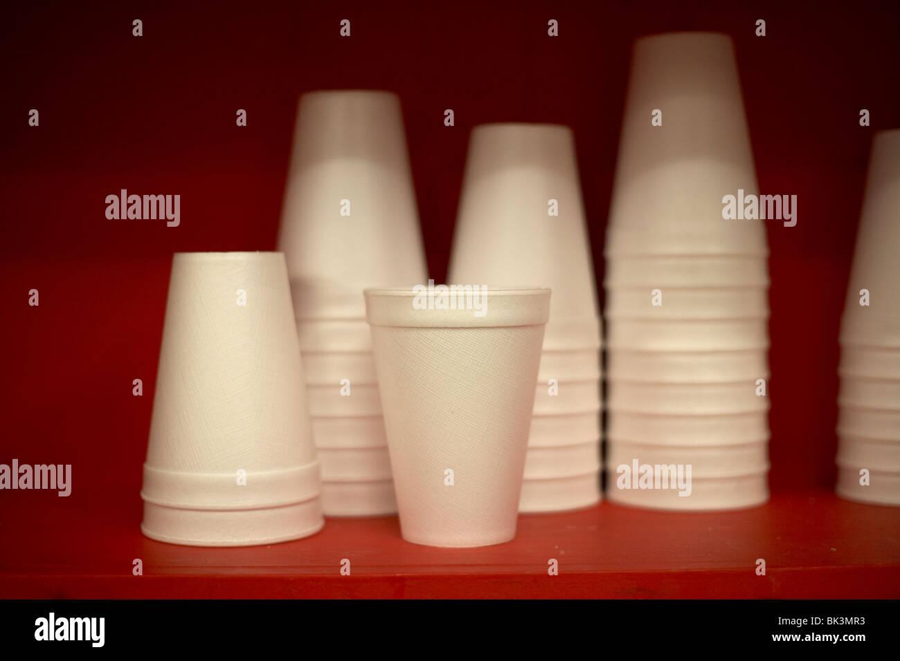 Haufen von neuen Styropor Tassen sitzen auf einer roten Regal selektiven Fokus Stockbild