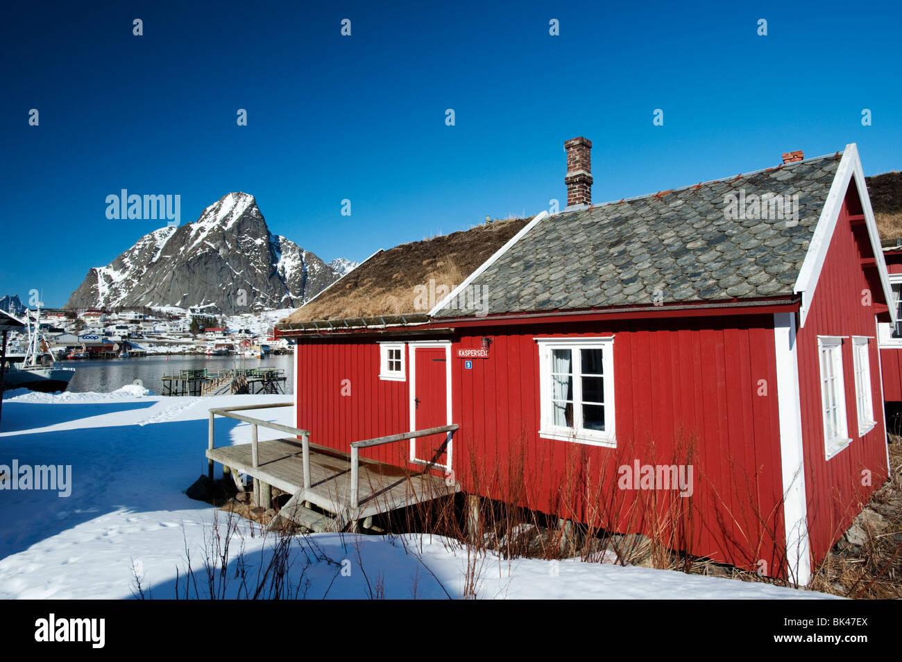 Traditionellen roten Holz Rorbu Fischerhütte im Dorf der Reine auf Lofoten in Norwegen Stockbild
