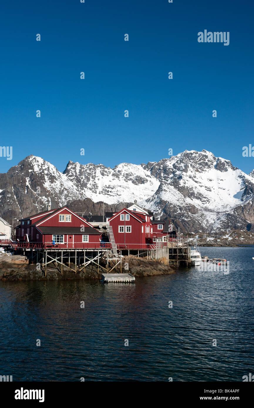 Traditionellen roten Holz Rorbu Fishermens Hütten im Dorf von Henningsvær auf Lofoten in Norwegen Stockbild