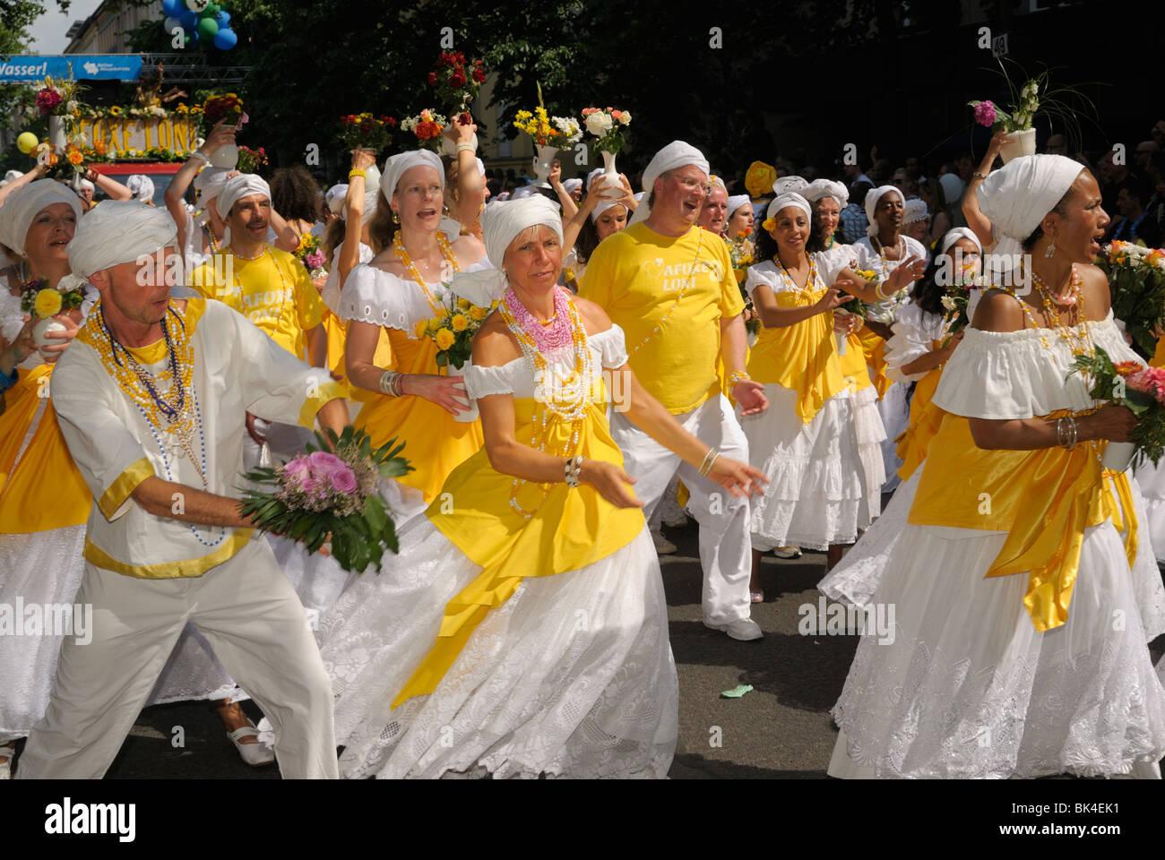 Deutsch brasilianische Samba-Gruppe am Karneval der Kulturen, Karneval der Kulturen, Berlin, Kreuzberg Bezirk, Deutschland, Stockbild