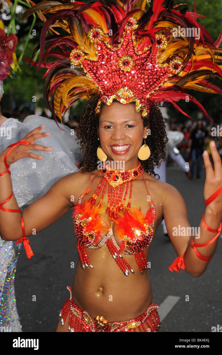 Brasilianische Samba-Tänzer am Karneval der Kulturen, Karneval der Kulturen, Berlin, Kreuzberg Bezirk, Deutschland, Stockbild