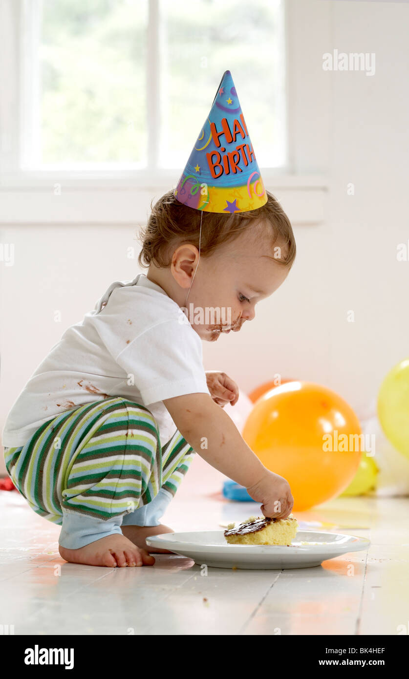 Junge Zu Seinem Ersten Geburtstag Kuchen Essen Stockfoto Bild