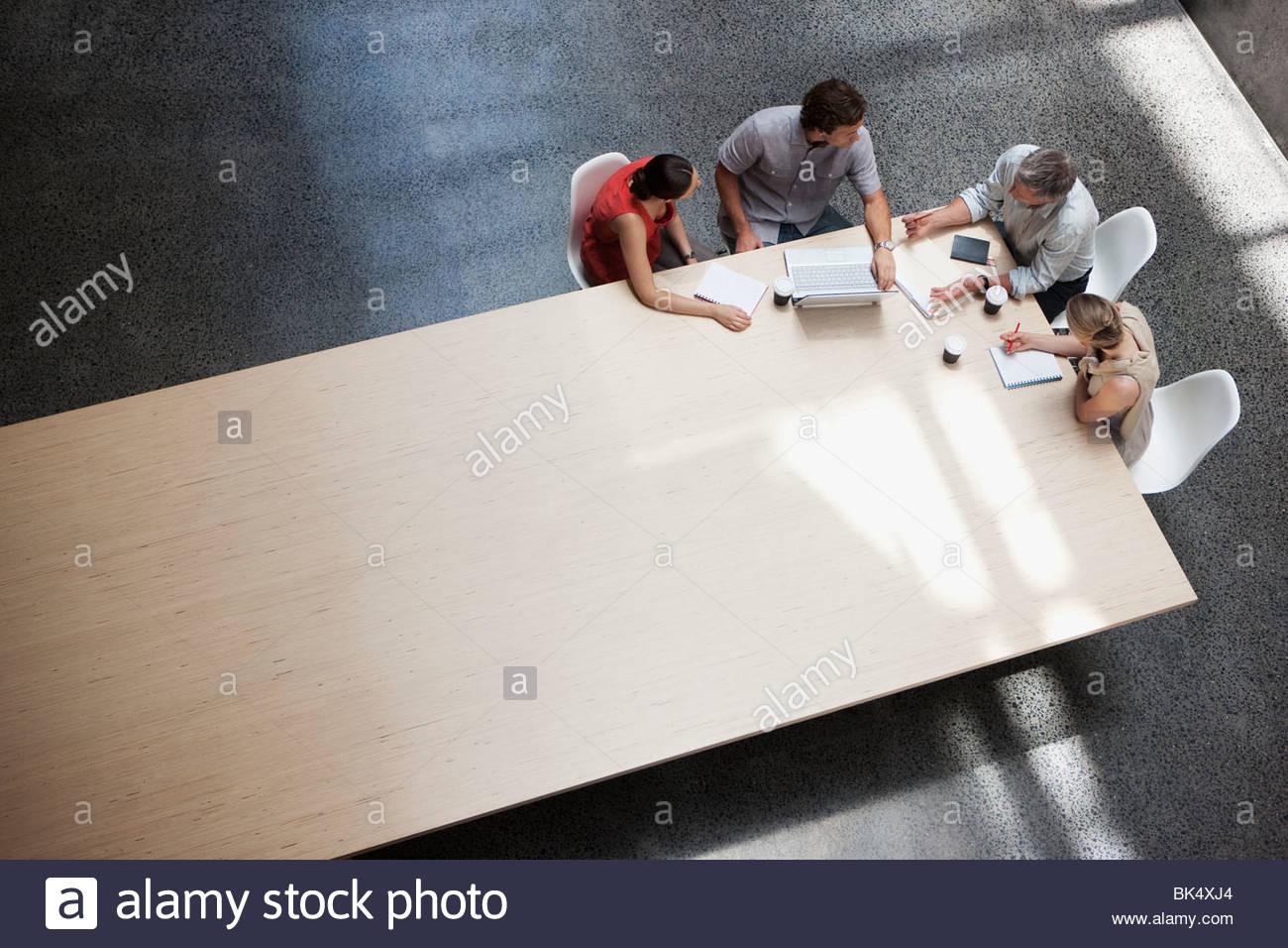Business-Leute treffen am Konferenztisch Stockfoto