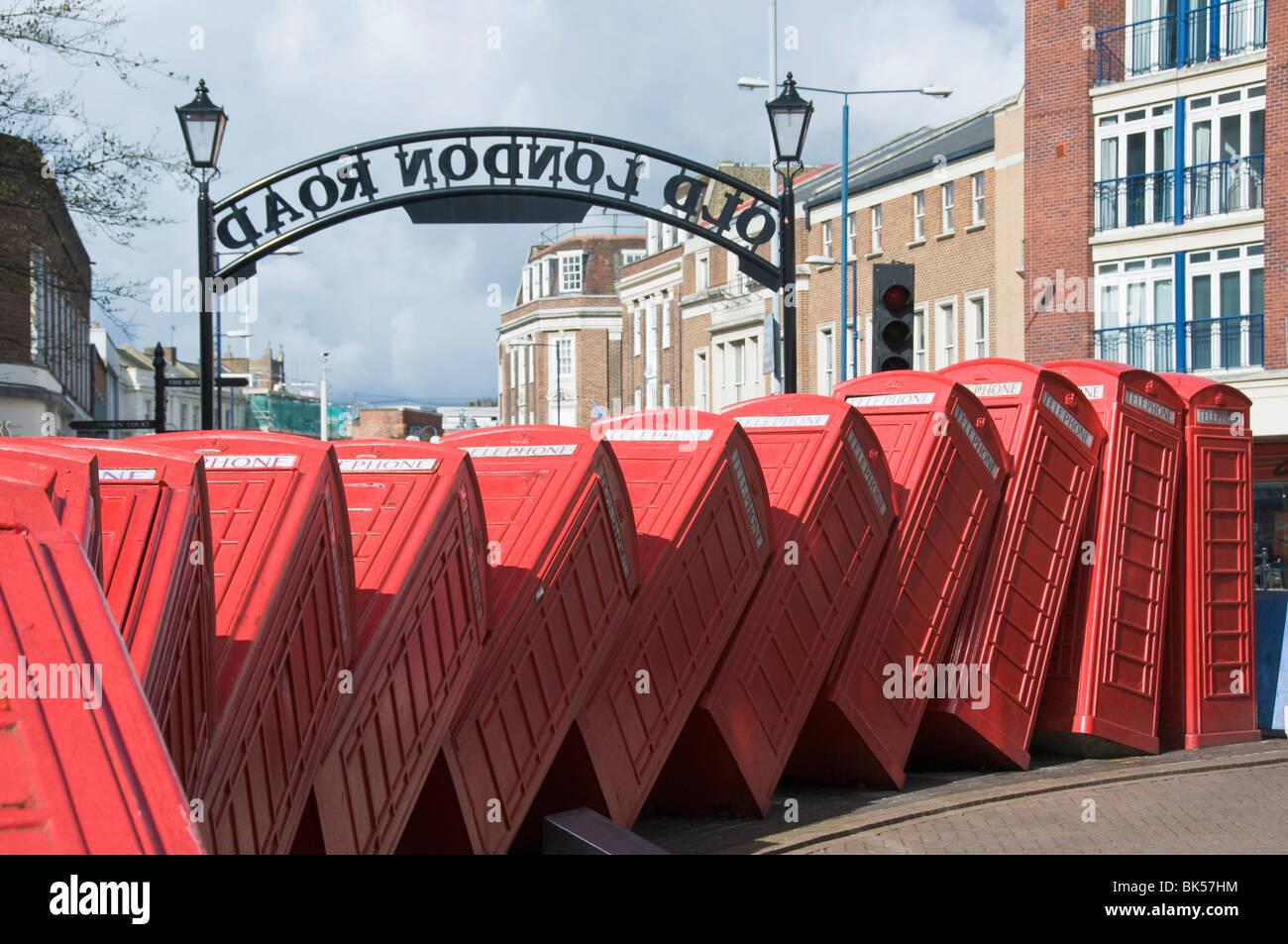 Rotes Telefon Box Skulptur mit dem Titel out of Order von David Mach, Kingston upon Thames, Surrey, England, Vereinigtes Stockbild