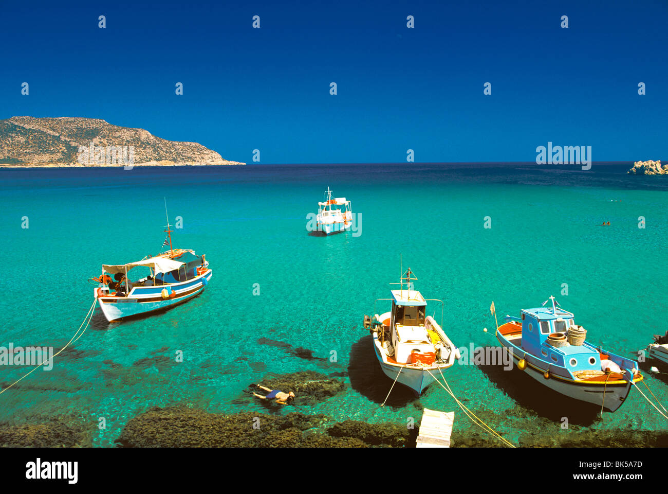 Fishiing Boote und Mann Schnorcheln am Anopi Strand, Karpathos, Dodekanes, griechische Inseln, Griechenland, Europa Stockbild