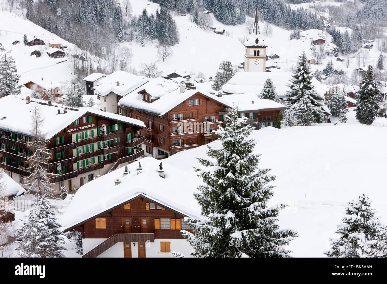 Dorf und Kirche nach einem schweren Sturz von Schnee, Grindelwald, Jungfrau Region, Berner Oberland, Schweizer Alpen, Stockbild