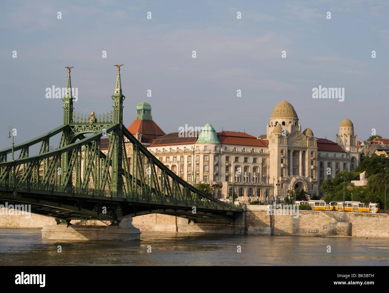 Freiheitsbrücke und das Gellert-Hotel auf der Donau, Budapest, Ungarn, Europa Stockbild