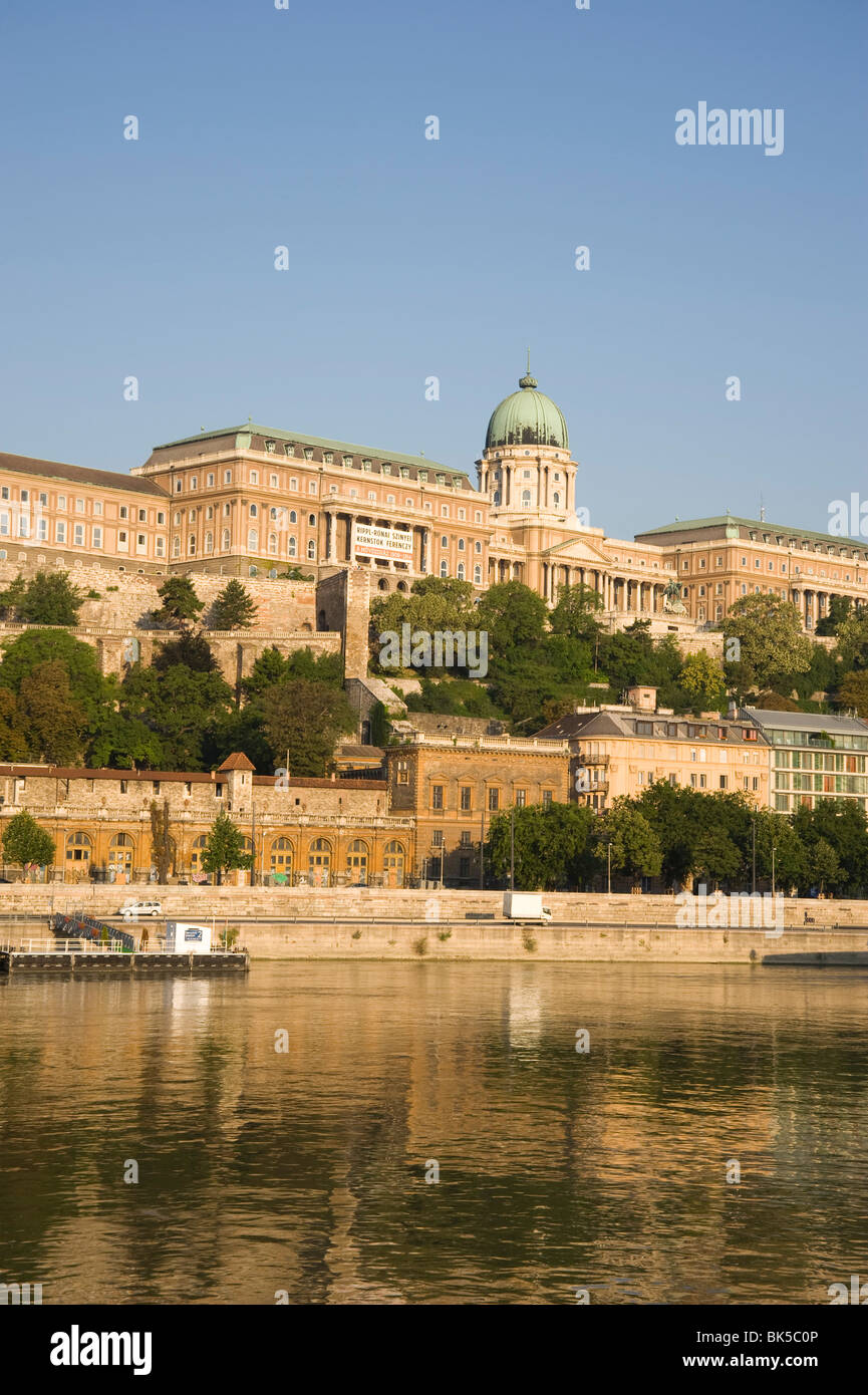 Ein am frühen Morgen Blick auf die Donau und Castle Hill, Budapest, Ungarn, Europa Stockbild