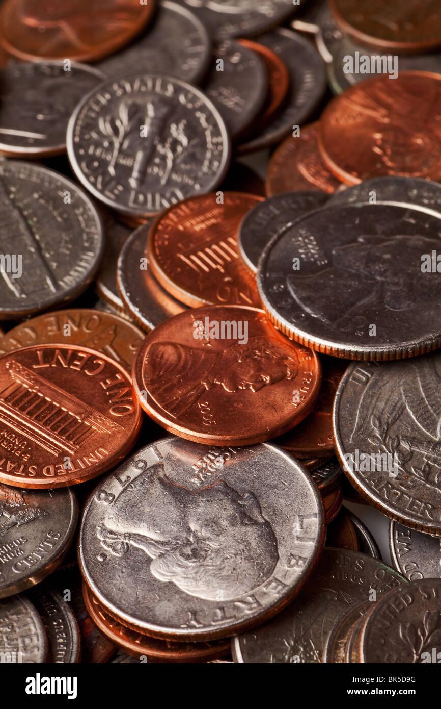Kleingeld Hintergrund mit ein paar Cent, Nickel, Groschen und Viertel Stockbild