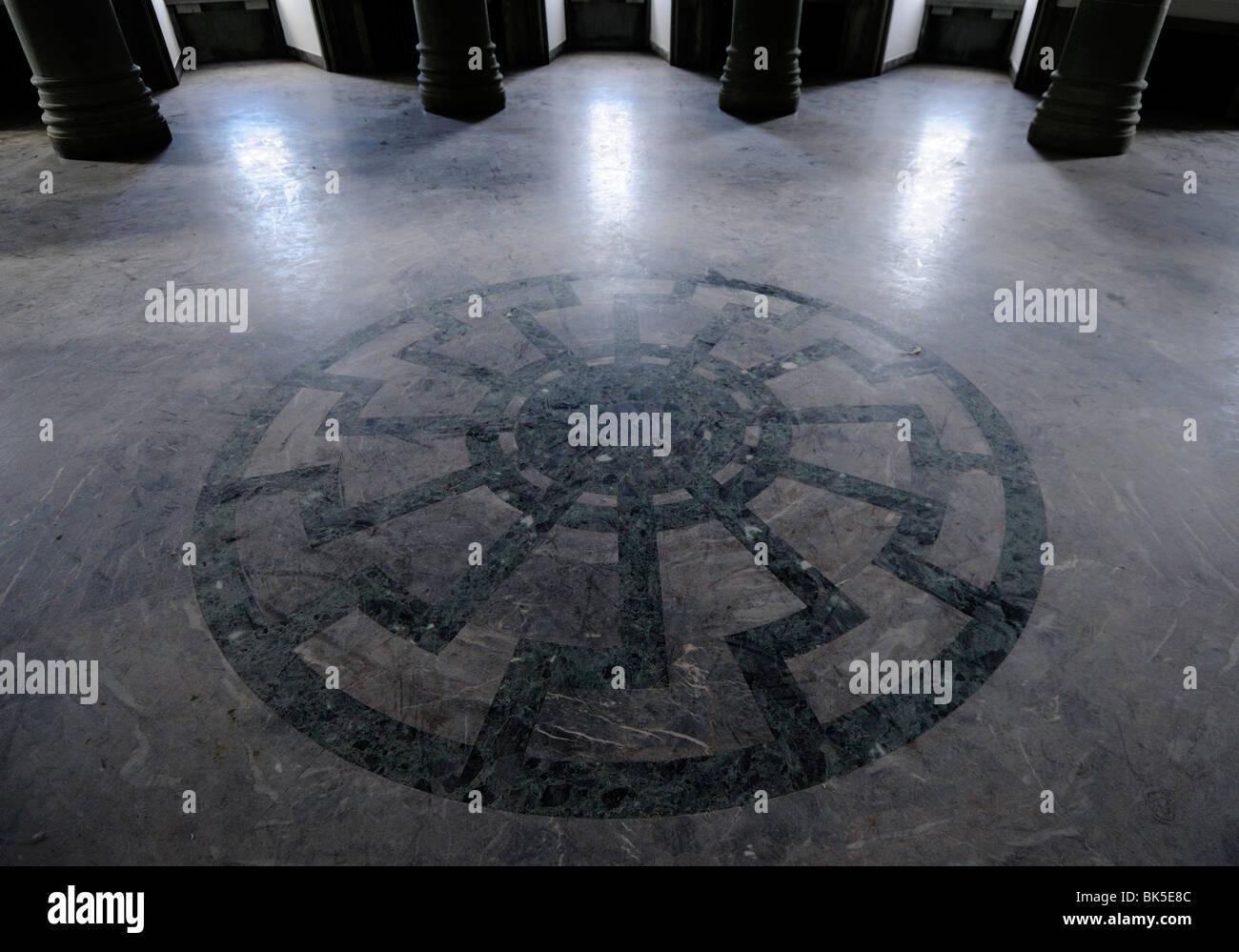 Okkulte Symbol der schwarzen Sonne in den Boden der Halle SS Generäle, Schloss Wewelsburg, Deutschland Stockbild